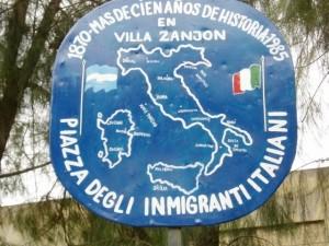 Monolito de homenaje a inmigrantes capracoteses en Villa Zanjón