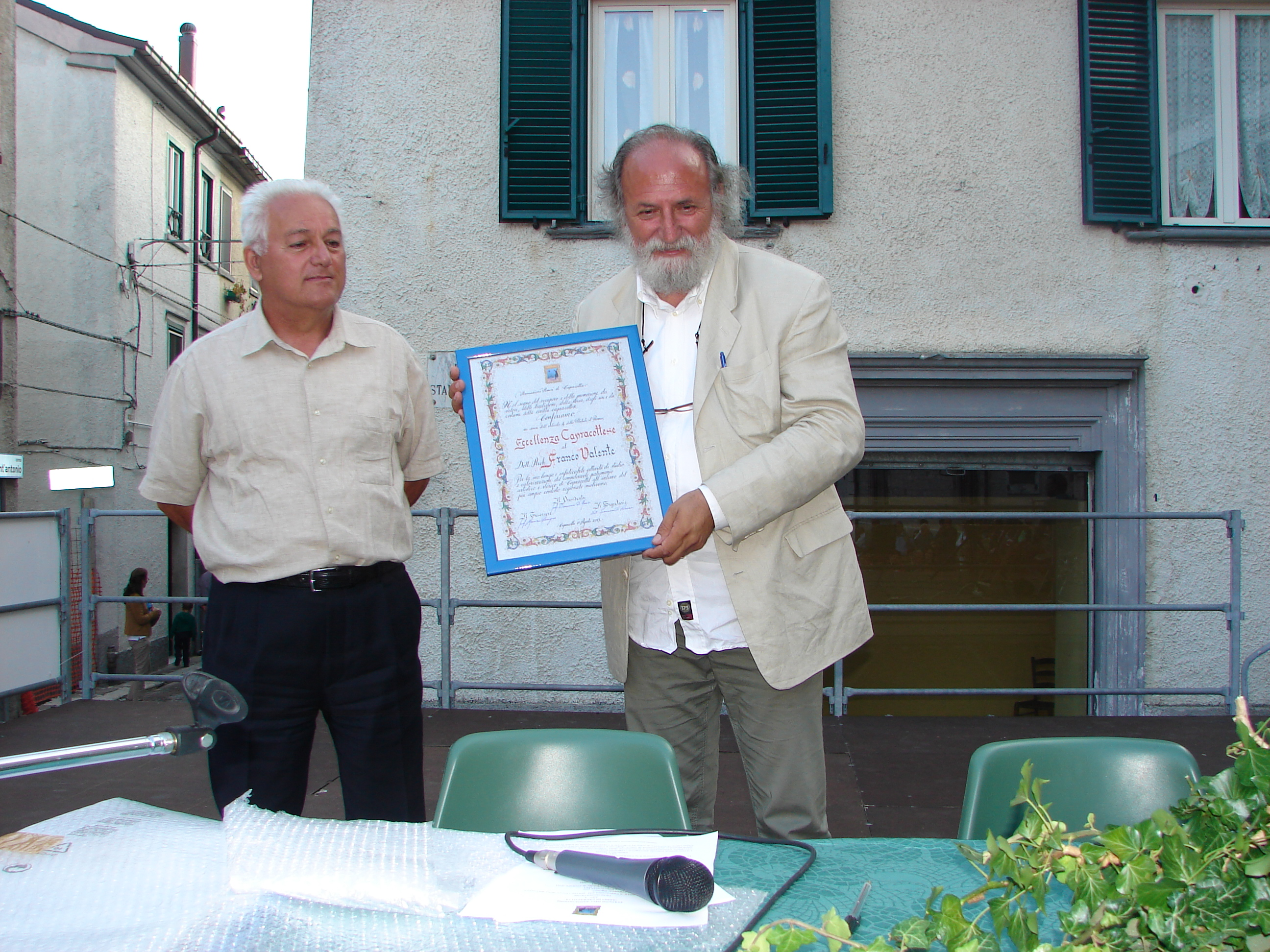 Franco Valente con la pergamena dell'Eccellenza Capracottese