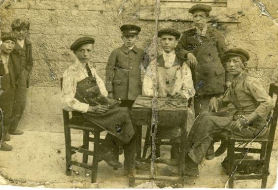 Fig. 2 (1915). Calzolai. Da sinistra: Francesco Di Nardo (Cicciotto), Enrico De Renzis (Ricuccio), Ernesto Perella (Apprendista di Castel Del Giudice)