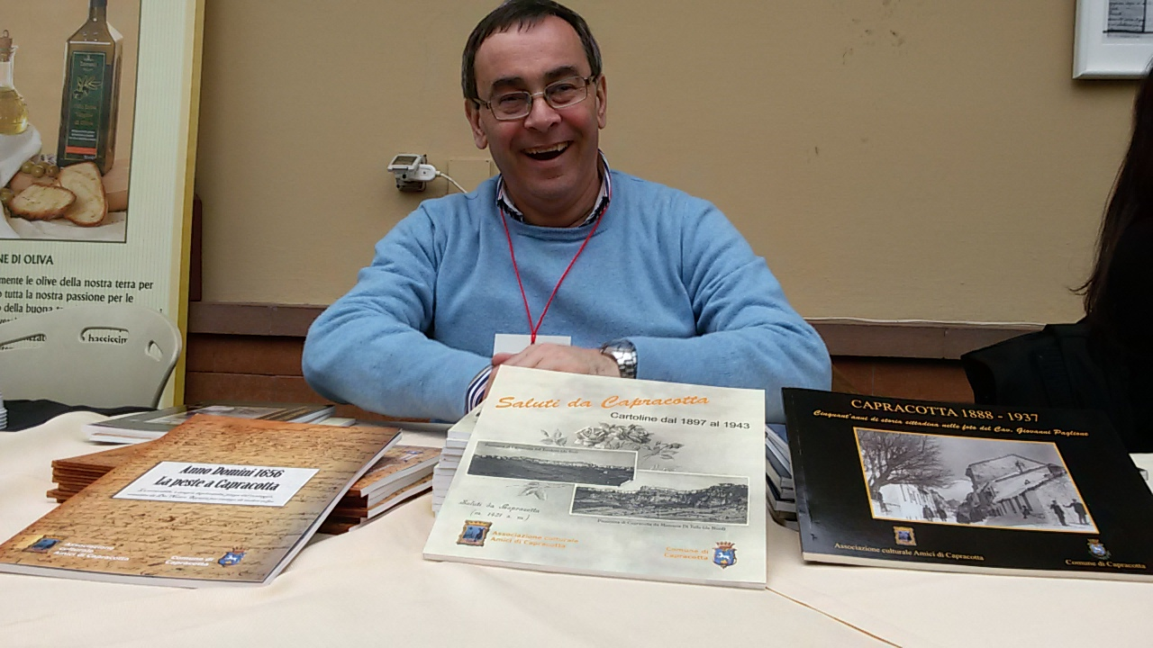 Paolo Trotta con alcune pubblicazioni dell'Associazione a Villa Rinaldo all'Acquedotto a Roma
