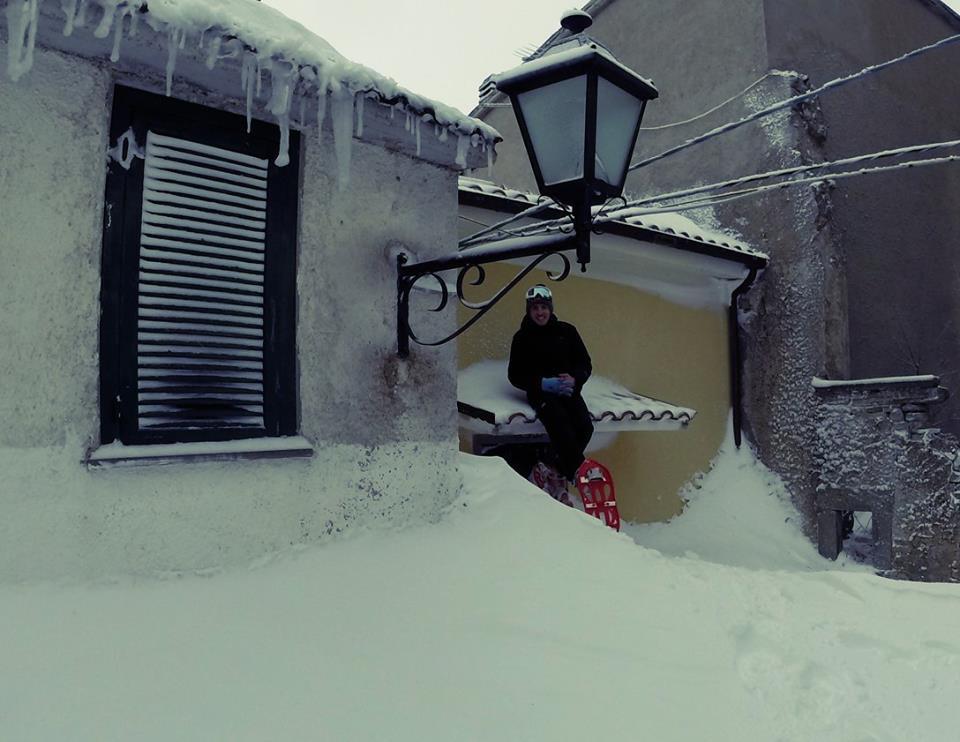 Sebastiano Trotta sulla tettoia di un edificio