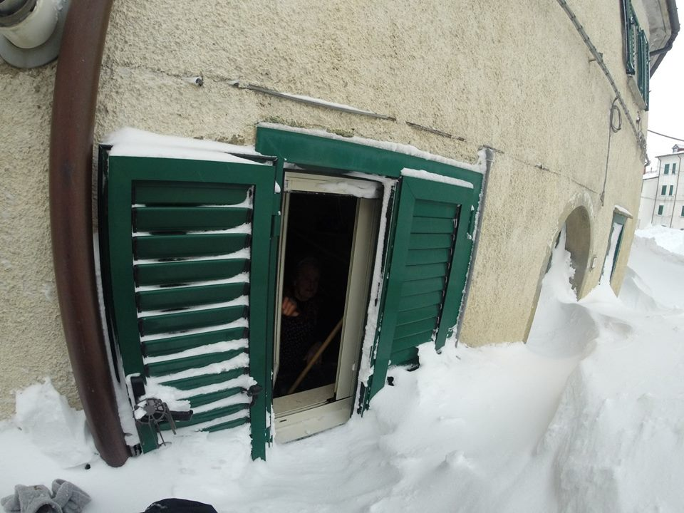 Porta sbarrata dalla neve. Si entra dalla finestra