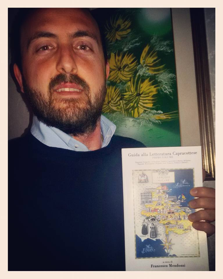 """Francesco Mendozzi con una copia della """"Guida alla Letteratura Capracottese"""""""