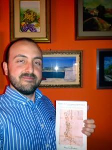 Mendozzi con una copia del secondo volume della Guida alla Letteratura Capracottese