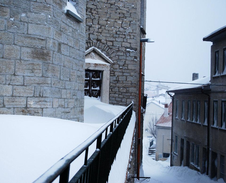 Il portale di accesso delle vecchie carceri di Capracotta in una foto invernale di Sebastiano Conti
