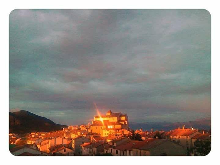 Il sole risplende sulla Chiesa Madre. Foto: Paolo Conti