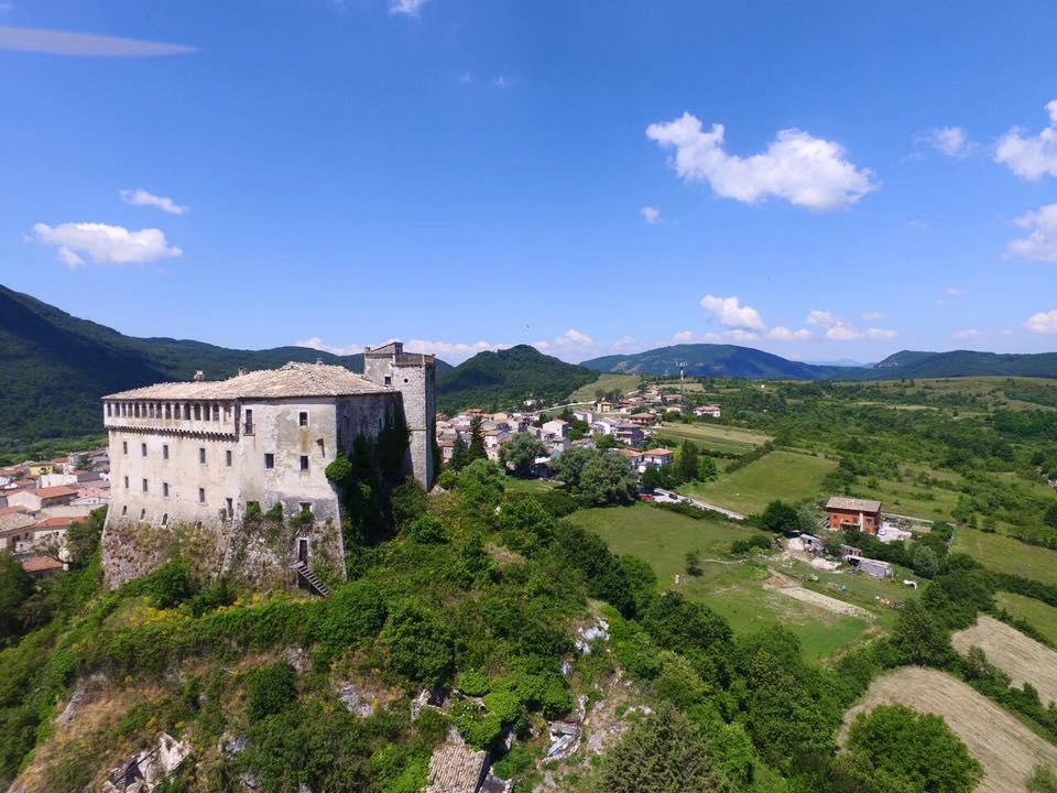 Pescolanciano, il Castello D'Alessandro e, sullo sfondo, il tratturo Castel di Sangro - Lucera