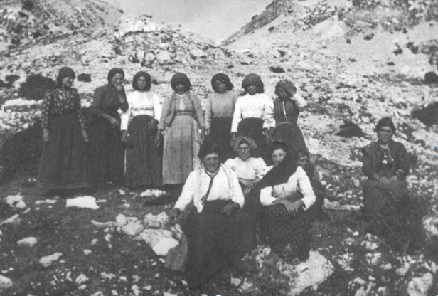 Lucia di Milione, al centro, in primo piano, nella foto di gruppo;1 sotto con la sorella Irene. Fotografia: Cav. Giovanni Paglione