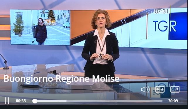 La giornalista Enrica Cefaratti in studio. Nel video, Ilaria Esposito in collegamento da Capracotta