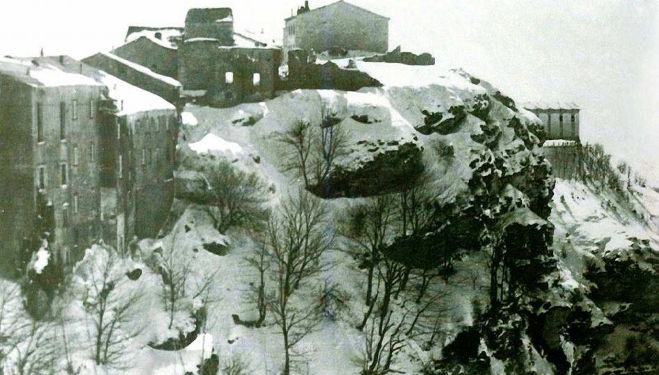 Un gruppo di case distrutte sul Colle