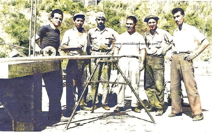 Sebastiano Di Bucci con cinque operai in un cantiere in Venezuela