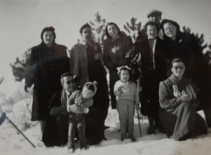 Sulla neve con amici di Capracotta. Al centro in basso Gianna, figlia del Maresciallo Nafra